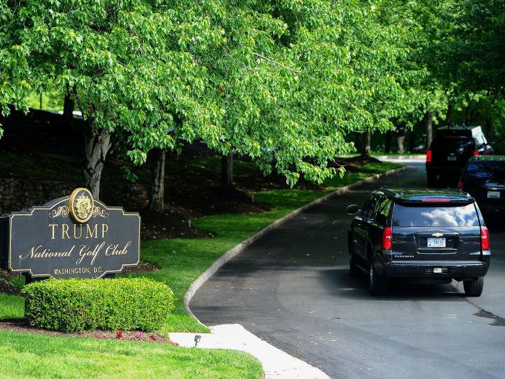 राष्ट्रपति ट्रम्प 75 दिनों में पहली बार गोल्फ खेलने अपने प्राइवेट गोल्फ कोर्स पहुंचे।