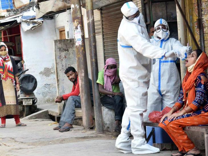 तस्वीर लखनऊ की है। उत्तरप्रदेश में पिछले दिनों मजदूरों के लौटने के बाद संक्रमण तेजी से बढ़ा है। स्वास्थ्यकर्मी घर-घर जाकर संदिग्धों के सैंपल ले रहे हैं। - Dainik Bhaskar
