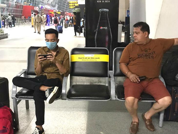 सोशल डिस्टेंसिंग कायम रहे, इसलिए एयरपोर्ट पर बीच की कुर्सी पर न बैठने के निर्देश लिखे हुए हैं।