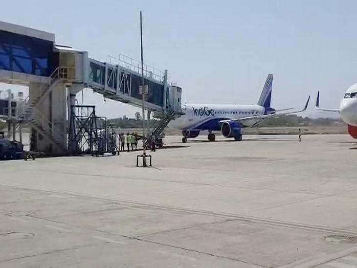 दिल्ली से इंदौर पहुंची इंडिगो की फ्लाइट, एयरपोर्ट का नजारा कोरोना संक्रमण के कारण पूरी तरह से बदला नजर आया।