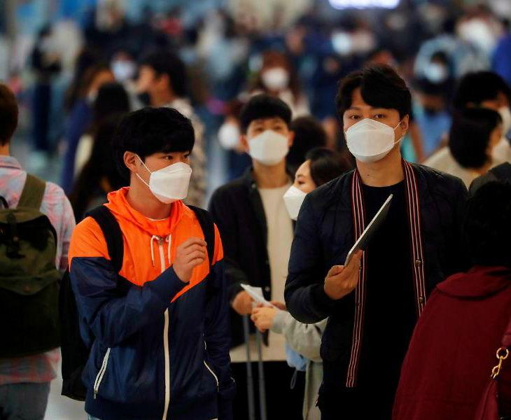 सियोल इंटरनेशनल एयरपोर्ट पर मौजूद यात्री। यहां इस महीने की शुरुआत में संक्रमण पर काबू पाया जा चुका था।