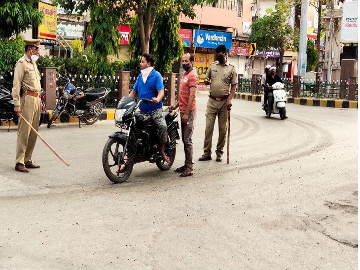 वाराणसी में सोमवार को एक साथ आठ पॉजिटिव मामले सामने आए। जिले में संक्रमित मरीजों की संख्या 156 तक पहुंच गई है। लगाातर मामले सामने आने के बाद पुलिस की सख्ती और बढ़ गयी है।
