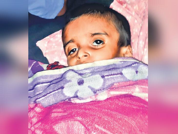 सांसें टूट गईं, लेकिन घर की आस में खुली रहीं आंखें: यह तस्वीर इरशाद की है, वह अपने पिता के साथ दिल्ली से आ रहा था। मुजफ्फरपुर में बतिया की ट्रेन में चढ़ने के दौरान उसने गर्मी से दम तोड़ दिया। - Dainik Bhaskar