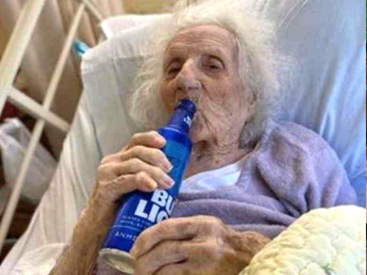 103 साल की जैनी ने कोरोनावायरस को मात दी तो अस्पताल के कर्मचारियों उन्हें बियर पिलाकर जश्न मनाया|लाइफ & साइंस,Happy Life - Dainik Bhaskar