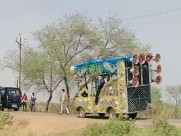 यह तस्वीर झांसी की है जहां टिडडी दल के आंतक से जिला प्रशासन गांव गांव जाकर लोगों को सूचित कर रहा है ताकि लोग इससे सतर्क रहें और समय रहते बचाव किया जा सके।