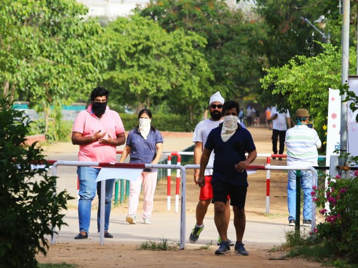 जयपुर के पार्कों में अब रौनक लौटने लगी है। गुरुवार सुबह लोग टहलते और वॉक करते दिखे।