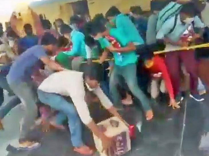 यह तस्वीर बुधवार की है। जोधपुर रेलवे स्टेशन पर खाने के पैकेट को लेकर लूटमार मच गई।