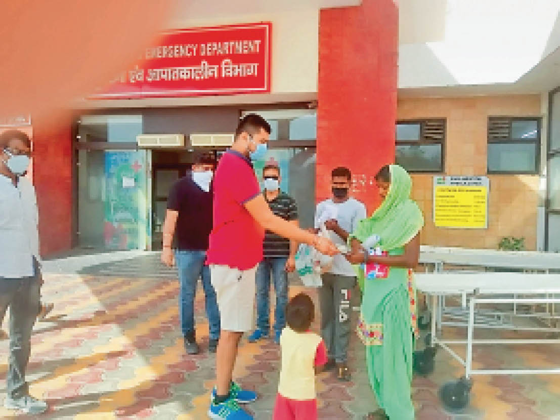 महिला को परिवार सहित उन्नाव छोड़ने के लिए उपलब्ध कराया मिनी ट्रक, डॉक्टरों और समाजसेवियों ने बच्ची को दिया शगुन|अम्बाला,Ambala - Dainik Bhaskar