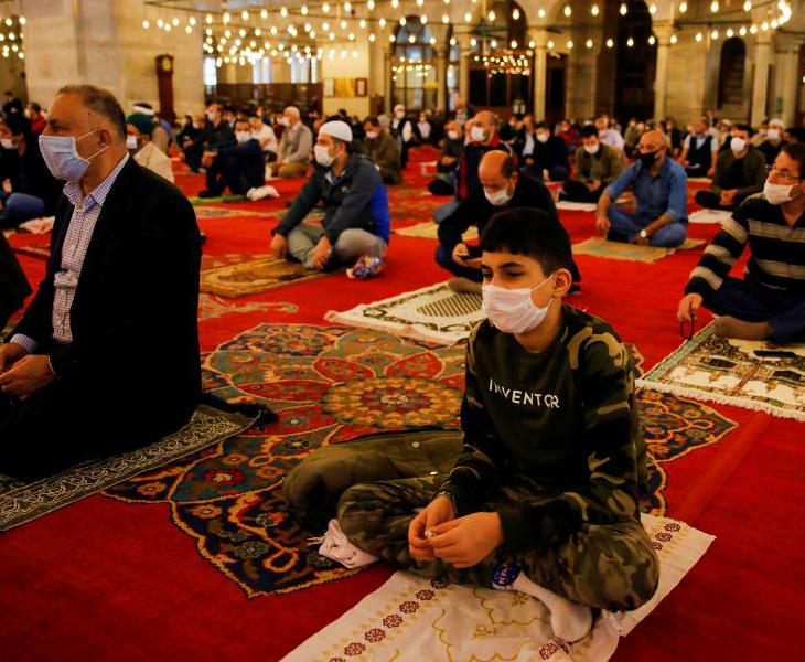 तुर्की के इस्तांबुल में शुक्रवार को एक मस्जिद में जुमे की नमाज के दौरान मौजूद लोग। यहां कुछ मस्जिदों में नमाज की सशर्त मंजूरी दी गई है।