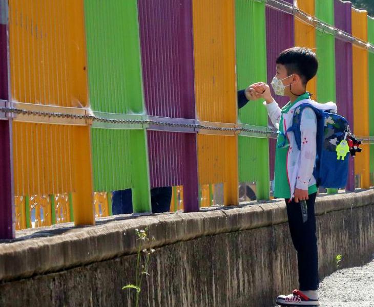 दक्षिण कोरिया के ग्वांजू शहर में शुक्रवार को स्कूल जाते वक्त मां का हाथ पकड़े एक छात्र। यहां शनिवार से फिर स्कूल बंद कर दिए जाएंगे।