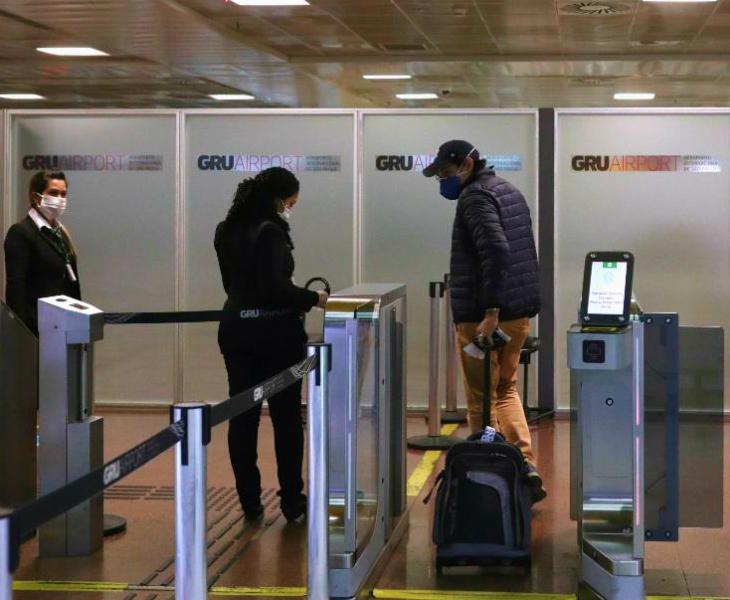 ब्राजील के गुआरूलोस इंटरनेशनल एयरपोर्ट के डिपार्चर गेट से निकलता एक पैसेंजर। ब्राजील में 2020 की पहली तिमाही के आंकड़ों के मुताबिक, देश की अर्थव्यवस्था में 1.5 फीसदी की गिरावट दर्ज की गई है।