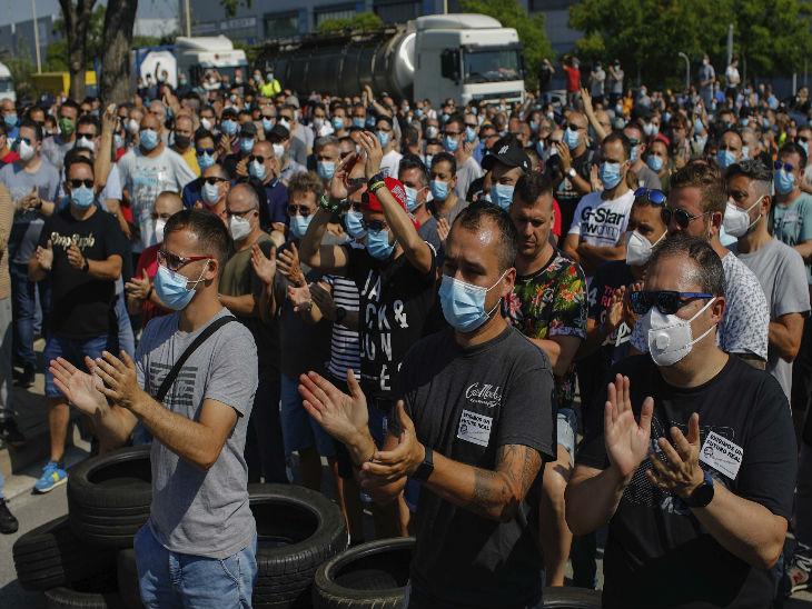 स्पेन के बार्सिलोना में निशान फैक्ट्री बंद किए जाने के खिलाफ प्रदर्शन करते कर्मचारी।