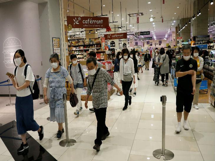 जापान में मॉल्स खोलने की इजाजत दे दी गई है। गुरुवार को चीबा शहर के एक मॉल में पहुंचे लोग।
