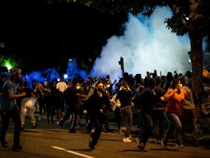 तस्वीर डेनवर शहर की है। यहां पुलिस हमले के बाद प्रदर्शनकारी भागते हुए नजर आए।
