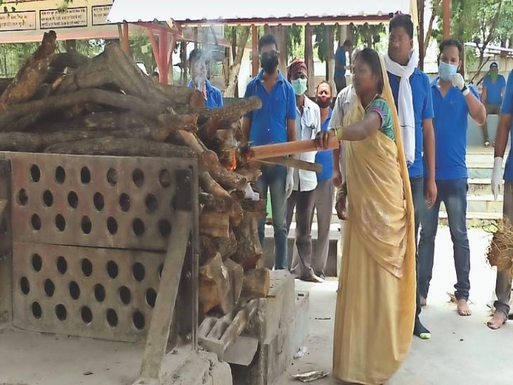 मां के पास नहीं थे पैसे इसलिए यूपी नहीं ले जा सकी बेटे का शव, मददगारों ने अंबिकापुर में कराया अंतिम संस्कार|अंबिकापुर,Ambikapur - Dainik Bhaskar
