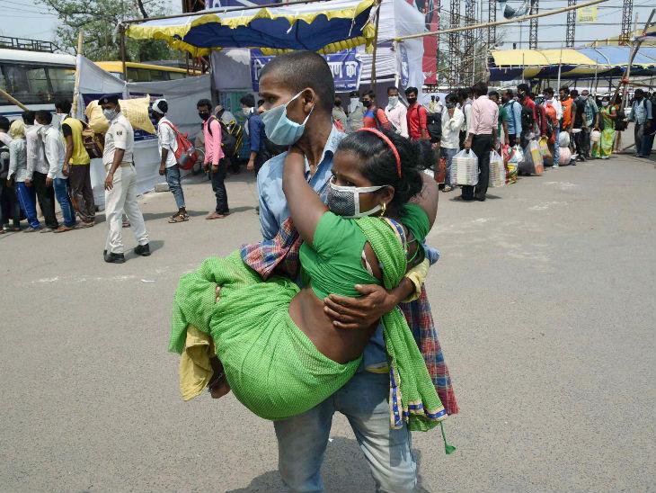 तस्वीर पटना की है। दानापुर रेलवे स्टेशन से बाहर आते एक प्रवासी दंपती। महिला चलने में असमर्थ है, इसलिए पति उसे अपनी गोद में उठाकर ले जाते हुए।