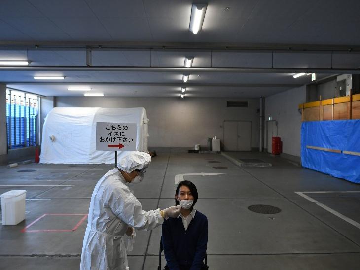 टोक्यो में कोरोनावायरस के लिए किया जा रहा स्वाब टेस्ट। जापान ने अपनी क्षमता की आधी किट का भी इस्तेमाल नहीं किया।