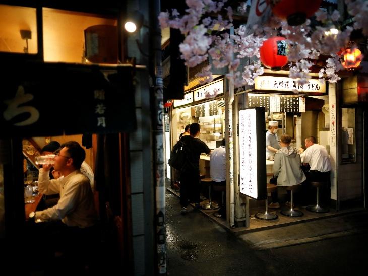 इमरजेंसी हटने के शिंजुकु डिस्ट्रिक्ट में खुले रेस्टोरेंट। करीब एक महीने तक जापान में इमरजेंसी लागू थी।
