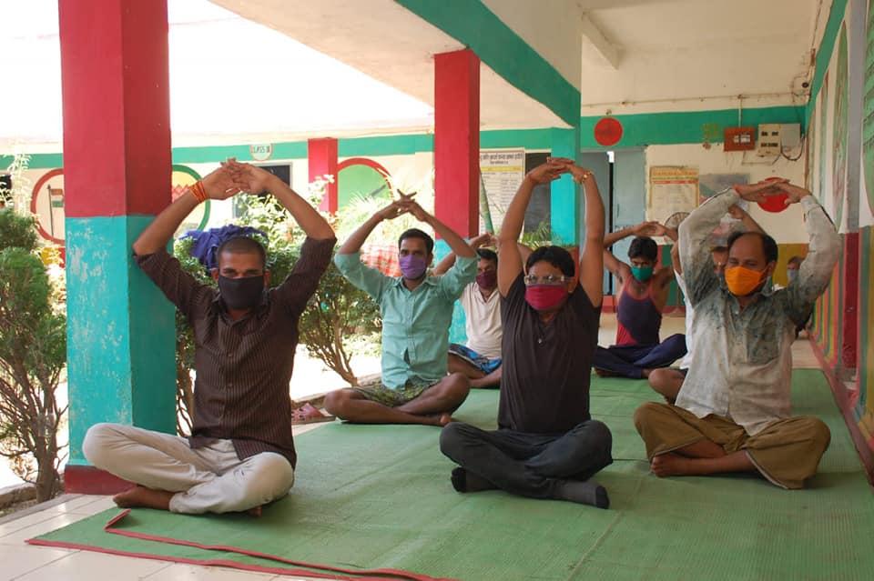 Workers are beautifying the quarantine center of Mungeli Workers at Quarantine Center in Kawardha Doing yoga Quarantine Center Chhattisgarh Mungeli District Kawardha District | मुंगेली के श्रमिक संवार रहे क्वारैंटाइन सेंटर , कवर्धा में योग और धार्मिक कार्यक्रमों के साथ होती है सुबह
