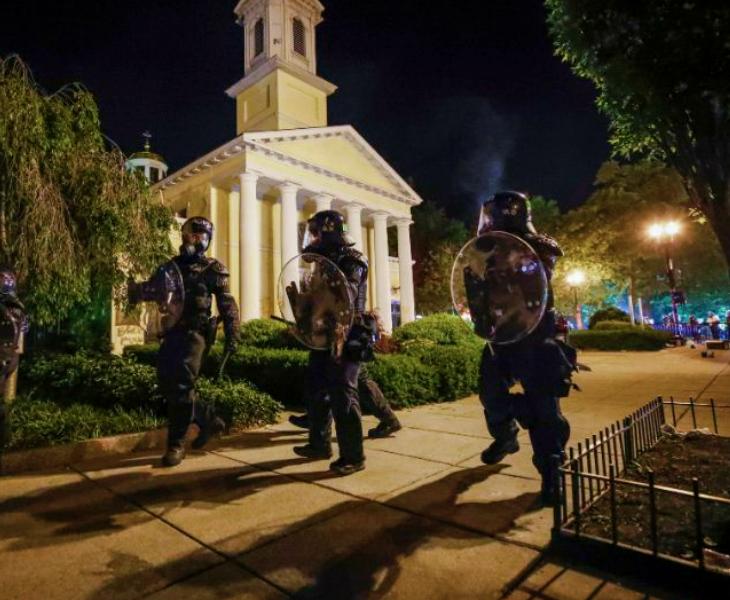अश्वेत की मौत के बाद हिंसा और प्रदर्शन; व्हाइट हाउस के पास 200 साल पुराना चर्च आग के हवाले