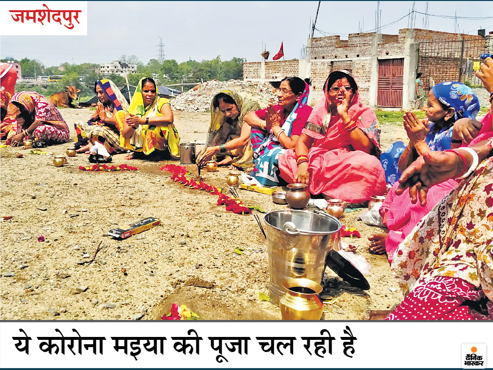 जालंधर में कूड़े के ढेर से रोटी निकालकर भूख मिटाते बच्चे, जमशेदपुर में महिलाओं ने की कोरोना मइया की पूजा