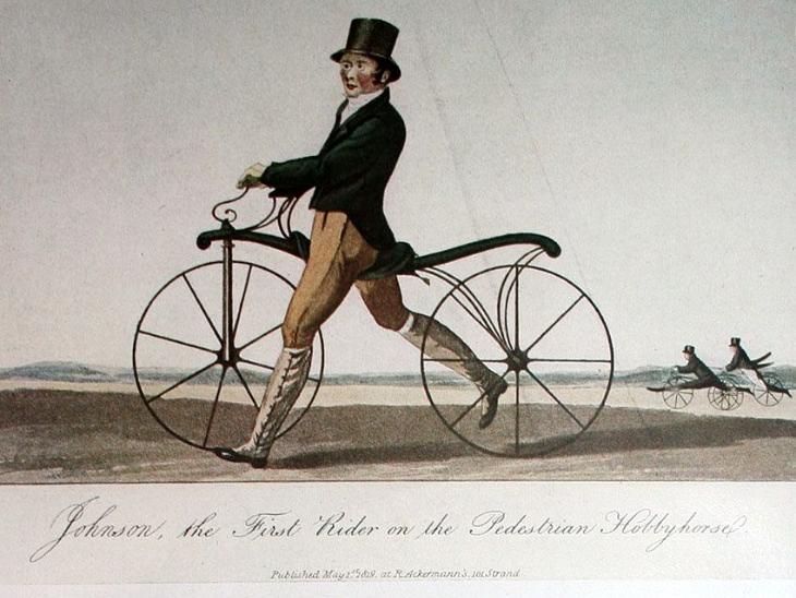 कुछ इस तरह की थी पहली साइकिल। इसमें न तो चेन थी और न पेैडल। चलाने वाले को पैरों की मदद से पहियों को गति देनी पड़ती थी।