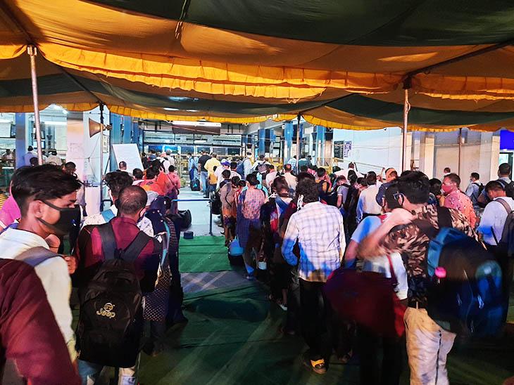 स्टेशन के सामने इस तरह से यात्रियों की लाइनें लगी थीं।