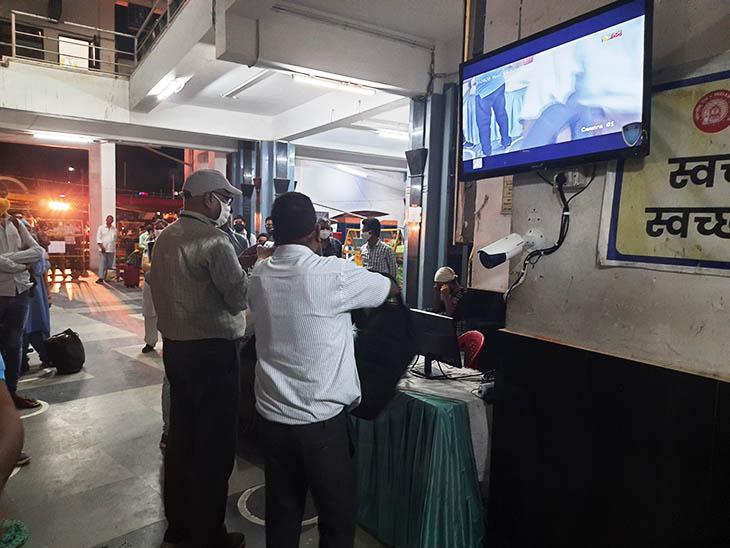 कॉन्टैक्टलेस टिकट चेकिंग के लिए कैमरा और स्क्रीन स्टेशन के एंट्री गेट पर लगा दी गई है।