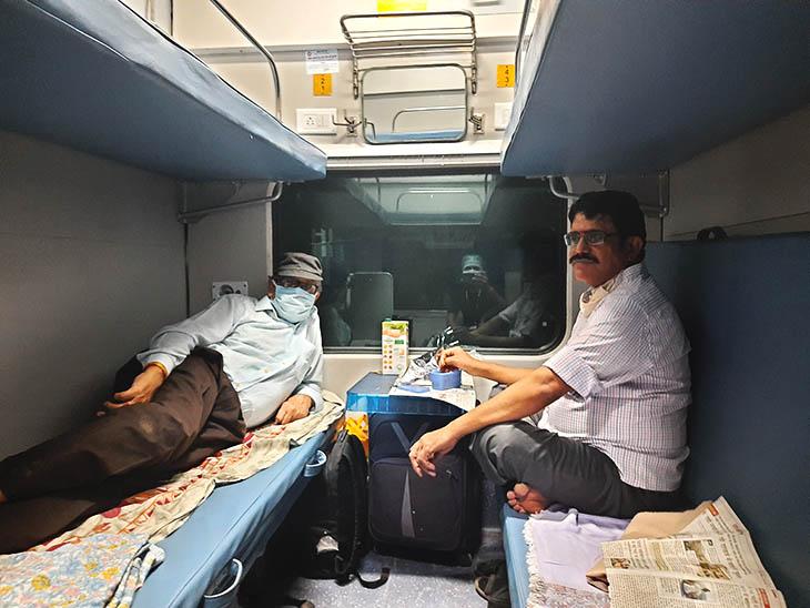 यात्रियों ने खुद अपनी सीट को सैनिटाइज किया। फिर चादर बिछाकर सोए।