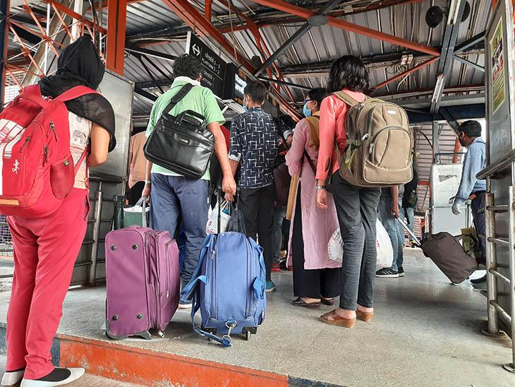निजामुद्दीन स्टेशन से निकलते वक्त यात्री ऐसे गुत्थमगुत्था हो गए थे।