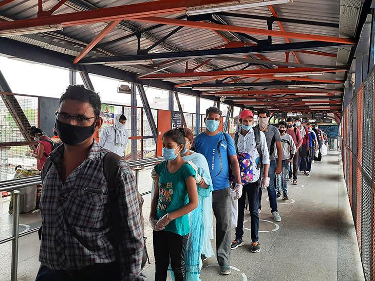आरपीएफ जवानों को देख निजामुद्दीन में एग्जिट गेट के सामने यात्रियों ने लाइन बना ली थी।