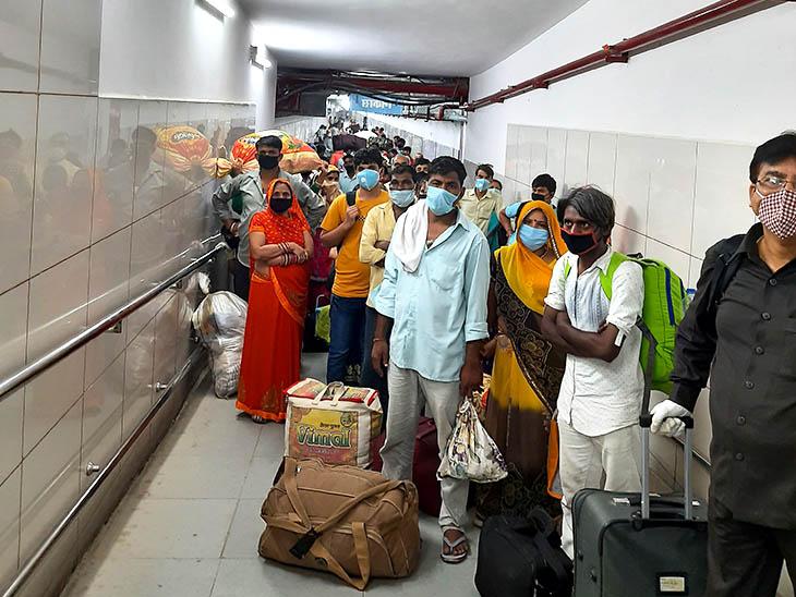 हबीबगंज स्टेशन से बाहर निकलते वक्त इस तरह यात्रियों की भीड़ लग गई। जांच के लिए आगे लाइन लगी थी।