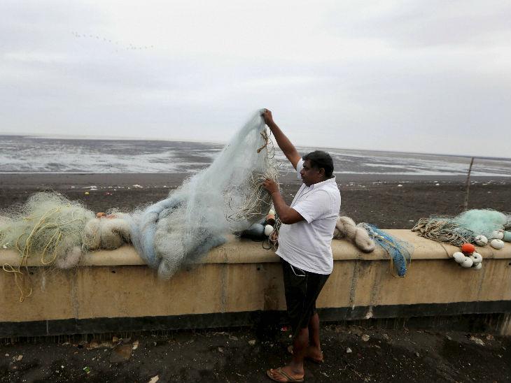 यह तस्वीर दमन की है। तूफान से पहले यहां एक मछुआरा अपने जाल समेटता हुआ। मछुआरों को 4 जून तक समुद्र में न जाने की हिदायत दी गई है।