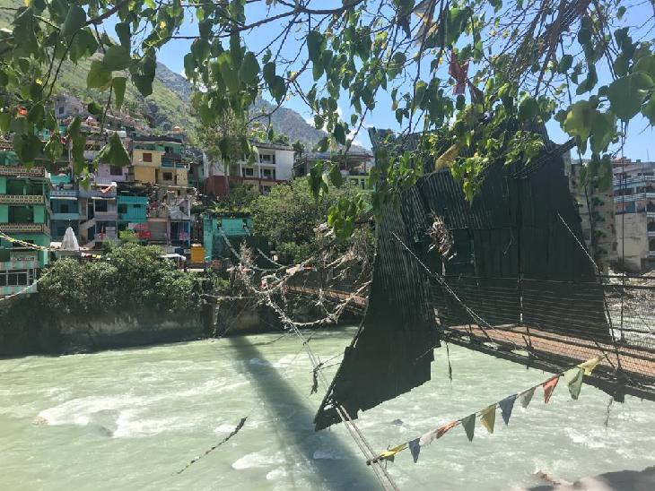 जौलजीबी में ही एक झूला पुल भी है, बमुश्किल सौ मीटर लंबे इस पुल से लोग नदी के दूसरी तरफ नेपाल में बसे अपने रिश्तेदारों से मिलने जाया करते थे