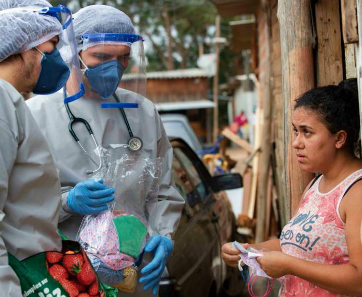 ब्राजील के साओ पाउलो शहर में डोर टू डोर सर्वे के दौरान एक महिला से बातचीत करते हेल्थ वर्कर। ब्राजील संक्रमण के लिहाज से दूसरे और मौतों के लिहाज से दुनिया में तीसरे स्थान पर पहुंच चुका है।
