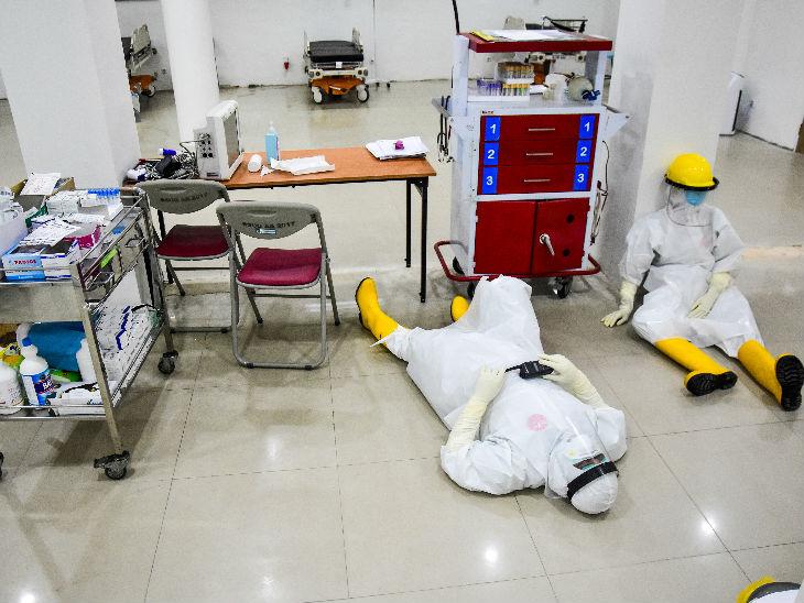 इंडोनेशिया के एक अस्पताल में आराम करते स्वास्थ्कर्मी। यहां अब तक 1721 लोगों की मौत हो चुकी है।