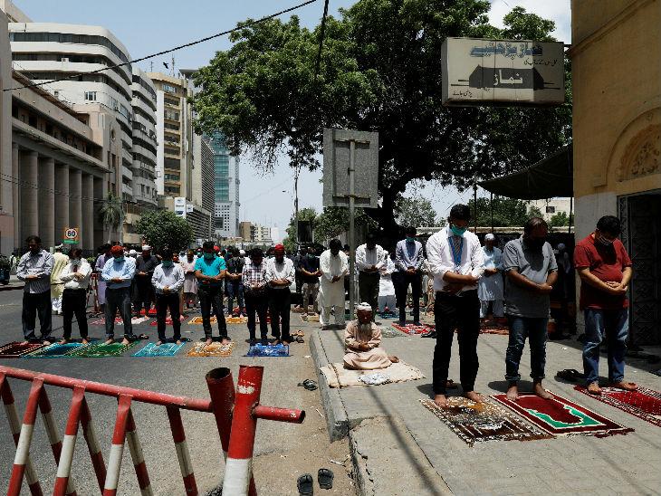कराची के एक कमर्शियल इलाके में जुमे की नमाज अदा करते लोग। इस दौरान सड़क को बंद कर दिया गया है। सरकार ने यहां लॉकडाउन प्रतिबंध में ढील दी है।