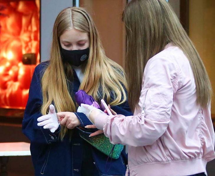 मॉस्को समेत कुछ शहरों में 1 जून से सरकार पाबंदियों में ढील देने जा रही है। इसके अलावा लोगों को मेडिकल वर्कर यह बता रहे हैं कि जरूरी सावधानियां किस तरह बरती जाएं। इसके तहत सही तरीके से मास्क लगाना और कर्मचारियों को ग्लव्स पहनना भी बताया जा रहा है।