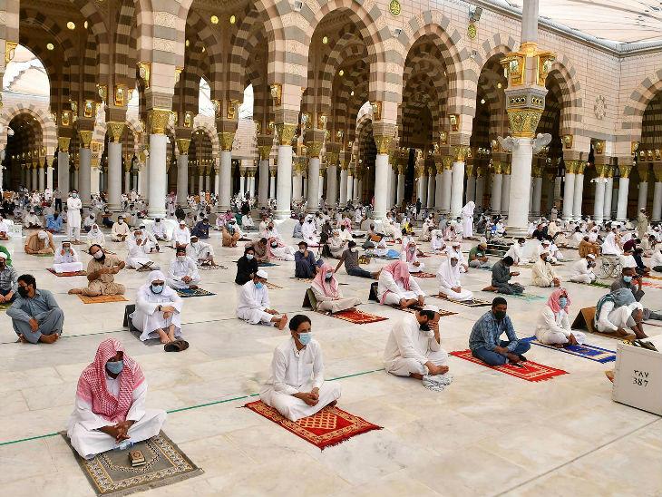 सऊदी अरब के एक मस्जिद में सोशल डिस्टेंसिंग के तहत नमाज अदा करते लोग।
