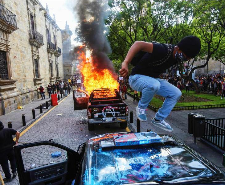 तस्वीर 4 जून की है। मैक्सिको के गुआडालजारा शहर में मास्क न पहनने पर एक व्यक्ति को पुलिस ने हिरासत में लिया। उसकी मौत हो गई। इसके बाद विरोध प्रदर्शन और हिंसा हुई। अब सरकार ने कहा है कि इन विरोध प्रदर्शनों की वजह से संक्रमण के मामले और बढ़ने का खतरा है।