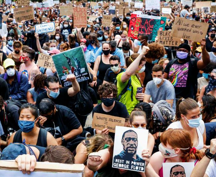 अमेरिका में अश्वेत नागरिक जॉर्ज फ्लॉयड की मौत के बाद हो रहे प्रदर्शनों ने कोविड-19 का खतरा ज्यादा बढ़ा दिया है। कई एक्सपर्ट्स चेतावनी दे चुके हैं कि इन विरोध प्रदर्शनों में किसी तरह का ऐहतियात नहीं बरता जा रहा। न्यूयॉर्क में प्रशासन ने लोगों से कहा है कि जो लोग इन विरोध प्रदर्शनों में शामिल हुए हैं, उन्हें टेस्ट कराना चाहिए।
