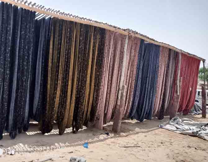 शेरगढ़ क्षेत्र के रामगढ़ में संचालित अवैध फैक्ट्री में सूखते कपड़े।