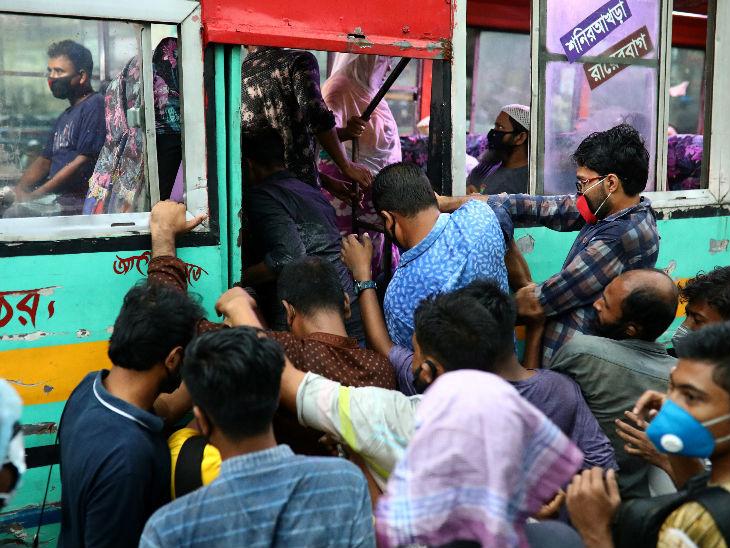 यह तस्वीर बांग्लादेश की राजधानी ढाका की है। लोग लॉकडाउन प्रतिबंधों में ढील दिए जाने के बाद बस में बैठने के लिए धक्का-मुक्की कर रहे हैं।