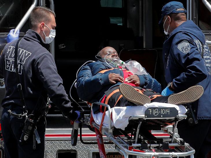 फायर डिपार्टमेंट के कर्मचारी 20 मई की इस तस्वीर मेें एक कोरोना मरीज को अस्पताल पहुंचाते हुए नजर आ रहे हैं। शनिवार को बीते दो महीने में पहली बार यहां 40 से कम मौतें हुई।