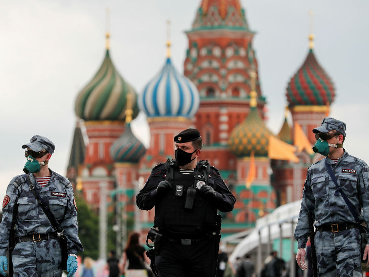 रूस के मास्को में रेड स्क्वॉयर पर मास्क पहनकर निगरानी करते पुलिस अफसर। अमेरिका और ब्राजील के बाद रूस कोरोनावायरस से सबसे ज्यादा प्रभावित है।