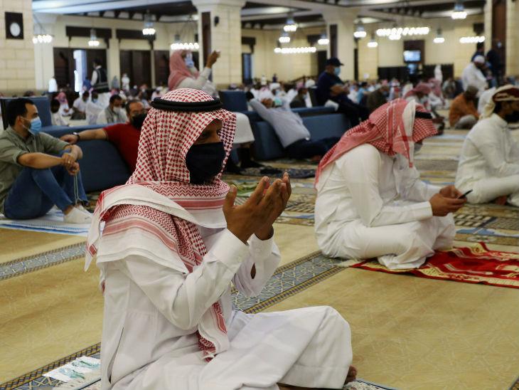 सऊदी अरब में मास्क पहनकर मस्जिद में नमाज अदा करते लोग। (फाइल फोटो)