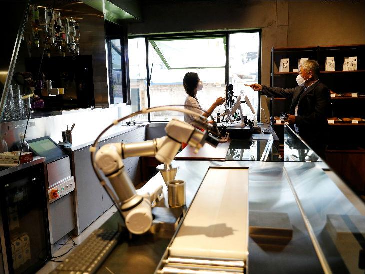 दक्षिण कोरिया के सियोल के एक बार में ड्रिंक्स बनाने के लिए रोबोट की मदद ली जा रही है।