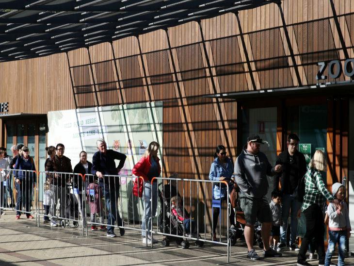 सिडनी में टारोंगा जू के बाहर टिकटों के लिए कतार में लोग। सरकार ने पिछले हफ्ते जू और पार्क खोलने को मंजूरी दी थी।