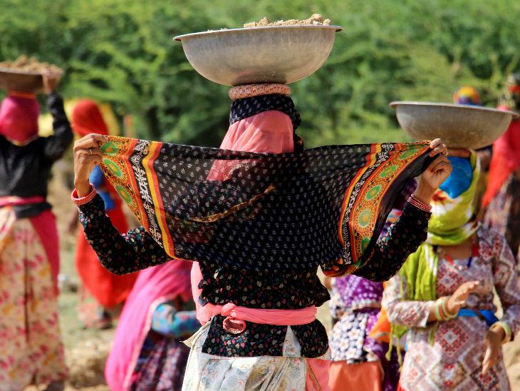 तस्वीर राजस्थान के अजमेर की है। कोरोना महामारी के बीच मनरेगा के तहत मजदूरी कर रहीं ये महिलाएं स्वास्थ्य विभाग की गाइडलाइन का पालन कर रही हैं। इन्होंने कपड़े से चेहरा कवर किया है। यहां सोशल डिस्टेंसिंग का भी पालन किया जा रहा है।