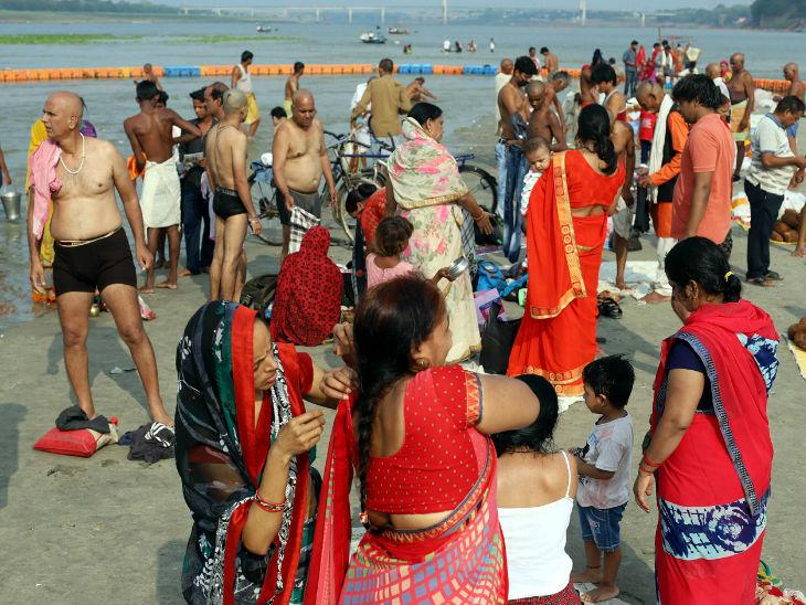 यह तस्वीर प्रयागराज की है। अनलॉक-1 में धार्मिक स्थल खोले गए हैं। ऐसे में यहां गंगा घाट पर भक्तों की भीड़ बढ़ने लगी है।